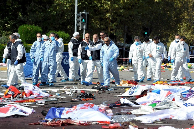 ATTENTION EDITORS - VISUAL COVERAGE OF SCENES OF INJURY OR DEATHPolice forensic experts examine the scene following explosions during a peace march in Ankara, Turkey, October 10, 2015. At least 30 people were killed when twin explosions hit a rally of hundreds of pro-Kurdish and leftist activists outside Ankara's main train station on Saturday in what the government described as a terrorist attack, weeks ahead of an election. REUTERS/Stringer